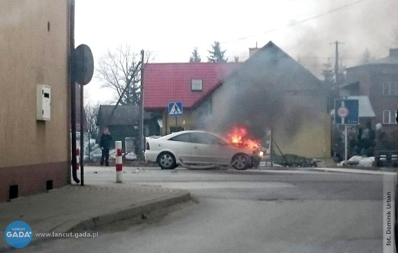 Samochód wpłomieniach izatrucie czadem