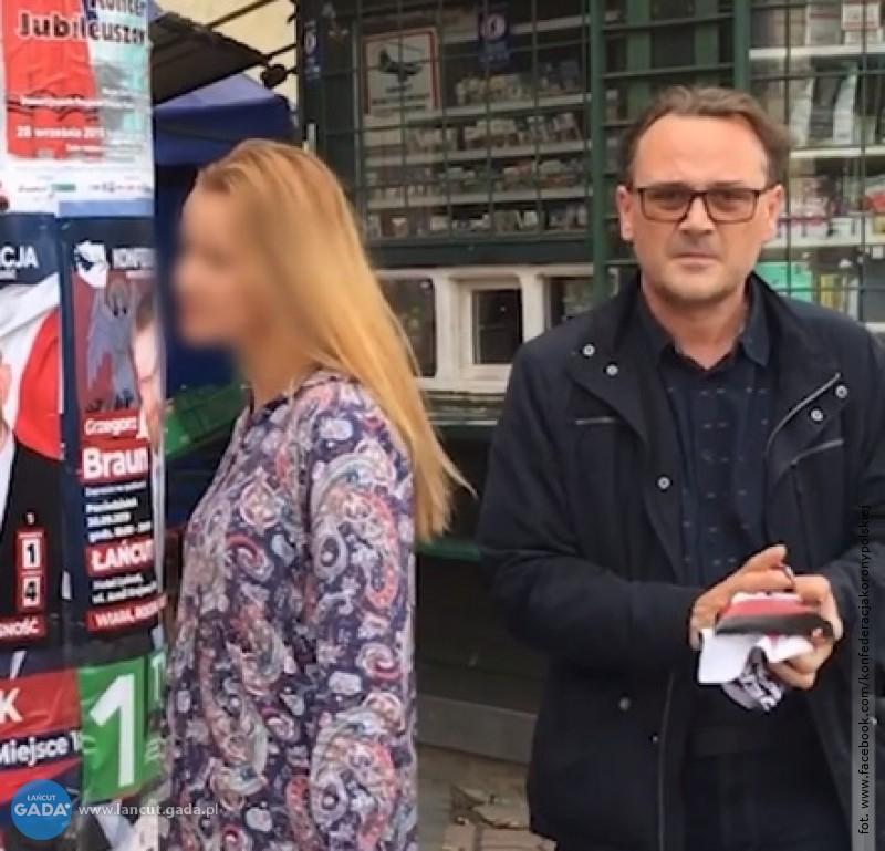 Przewodniczący niszczy plakaty wyborcze
