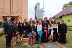 W Czarnej stanął pomnik św. Jana Pawła II