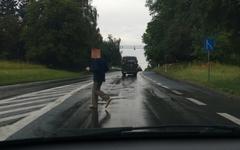Nieodpowiedzialne przebieganie przez jezdnię