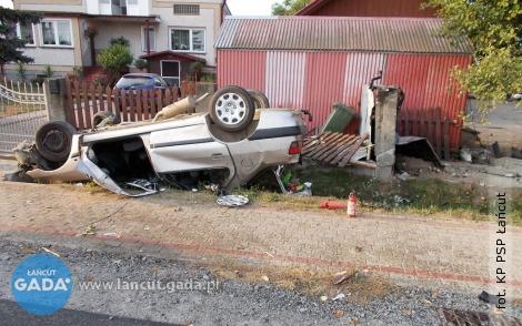 Samochód wypadł zdrogi idachował
