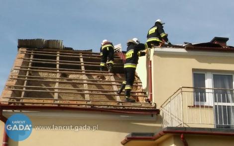 Silny wiatr zerwał poszycie dachu