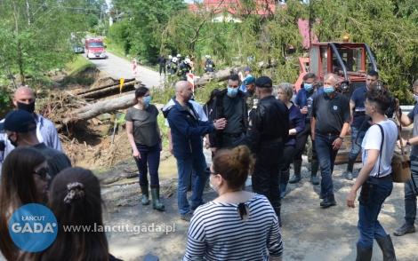 Premier wizytuje zniszczone tereny