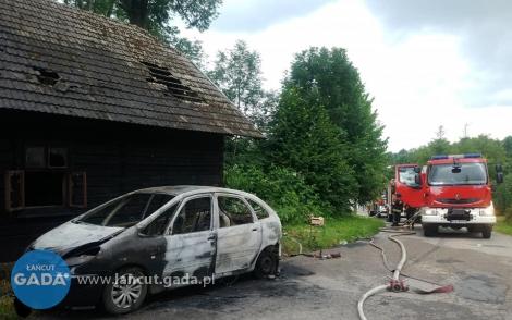 Pożar auta idomu
